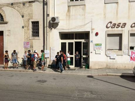 """PASSATE PROTESTE ALL'ESTERNO DELLA CASA DI RIPOSO """"ANNA RIZZI"""" DI MANFREDONIA (ph sq), immagine d'archivio"""