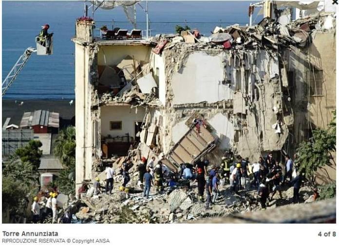 Crolla palazzina a Torre Annunziata, persone coinvolte Secondo le prime informazioni, sarebbero rimaste coinvolte due famiglie per un totale di otto persone