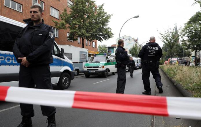 epa06786161 Policemen stand guard near a school, where two suspect persons were said to be sighted by witnesses, in Berlin, Germany, 05 June 2018. Pupils and teachers were led out of a school in the Gesundbrunnen area, as police received a call, where witnesses claimed to have seen two suspect persons entering the school building. EPA/HAYOUNG JEON