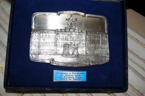 Targa conferita dall'onorevole avv. Antonio Leone a Pino Rucher in data 5 ottobre 2008