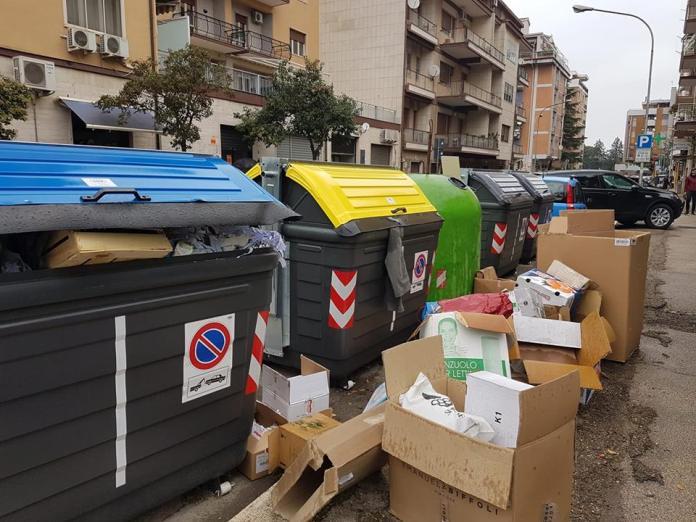 Foggia rifiuti per strada zona scuole Pio X e Bovio