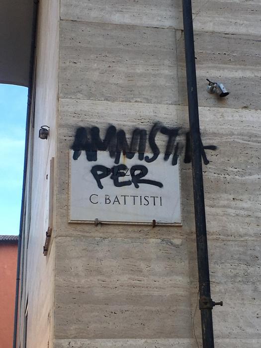 Targa imbrattata in piazza a Foggia con scritta 'Amnistia per C.Battisti'. ph della collaboratrice Tatiana Bellizzi