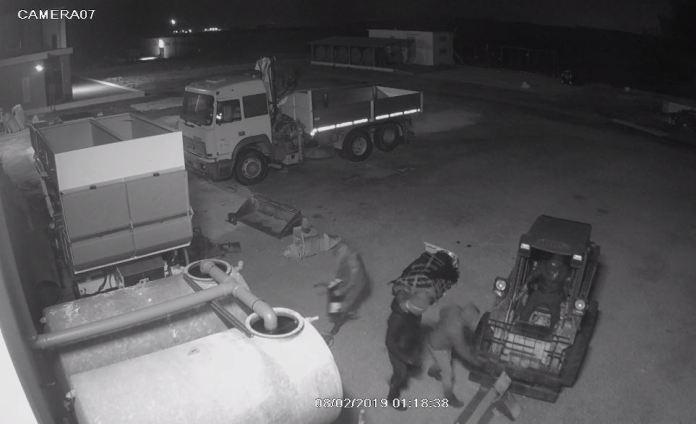 IMMAGINE IN ALLEGATO (ST). I ladri in azione all'interno dell'area aziendale (SQ)