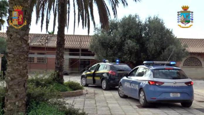 La polizia e la guardia di Finanza di Trapani hanno confiscato 52 appartamenti, 9 villini, 11 magazzini, 8 terreni, 19 garage, autovetture, conti correnti e società, per un valore stimato di circa 21 milioni di euro, a carico di due imprenditori ritenuti essere stati collusi con esponenti delle