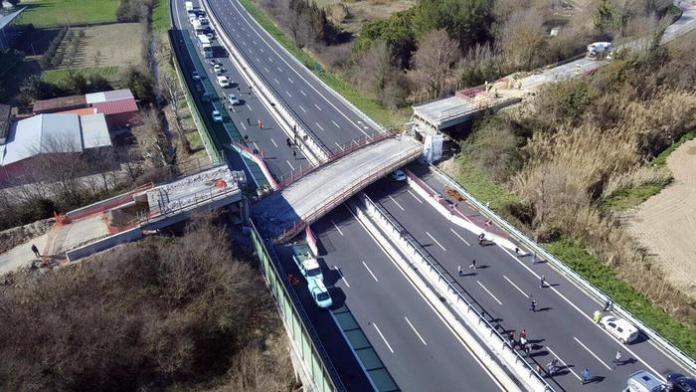 A bridge collapsed onto the A14 motorway near the central Italian city of Ancona Thursday, killing two people and injuring two others, 9 March 2017. The dead people were in a car that was travelling under the bridge. Highway company Autostrade per l'Italia said that the bridge was a temporary structure to support an overpass that had been closed to traffic. The collapse took place amid work to broaden the highway between the South Ancona and Loreto exits to three lanes. Only one car was affected by the collapse, the one in which the dead people were travelling, according to an initial reconstruction. ANSA