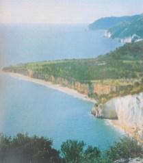 La costa del territorio garganico di Mattina, dove cresce rigogliosa la pianta del cappero-foto da -Il Gargano-Storia Arte - Natura