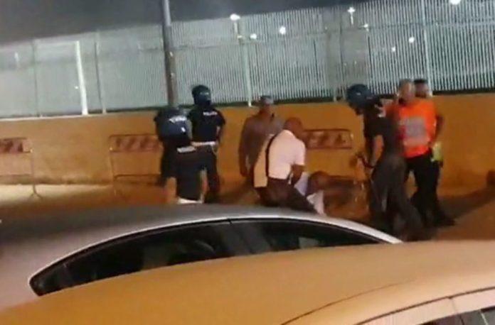 Brindisi-Foggia finisce a sassate fra tifosi, malore per un poliziotto (PH ENZO MAIZZI)