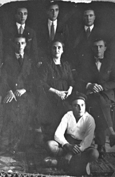 Anni '20-I fratelli Nicola, Nunzio, Tonino, Pasquale, Michele, Peppino Casalino insieme alla madre Maria Lucia Rinaldi