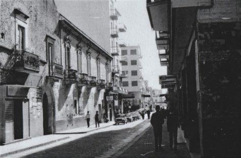 Corso Manfredi-anni '70- Il palazzo Bava del '700 -Sotto il Bar Aulisa-nei pressi sul muro, il tabellone del Cinema Impero-