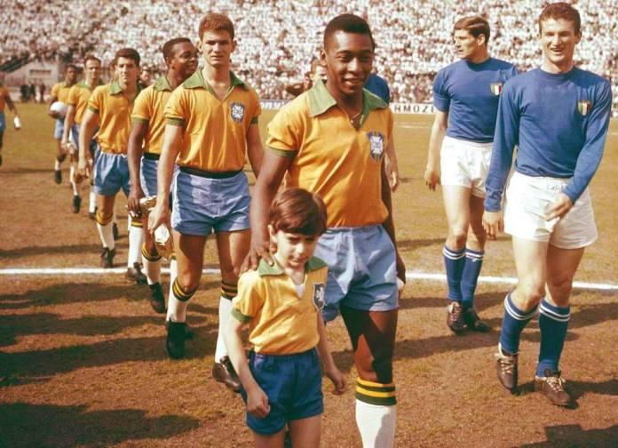 Pelé guida in campo il Brasile allo stadio San Siro di Milano, in occasione dell'amichevole del 1963 contro l'Italia