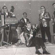 Anni '60-Il complesso i Delfini -formazione successiva -Al centro Luciano Gatta-archivio Tonino Racioppa