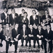 Carnevale 1963-Socia -I Delfini-Il-cantante-Luciano-Gatta-al-centro-del-gruppo musicale-archivio Franco Rinaldi