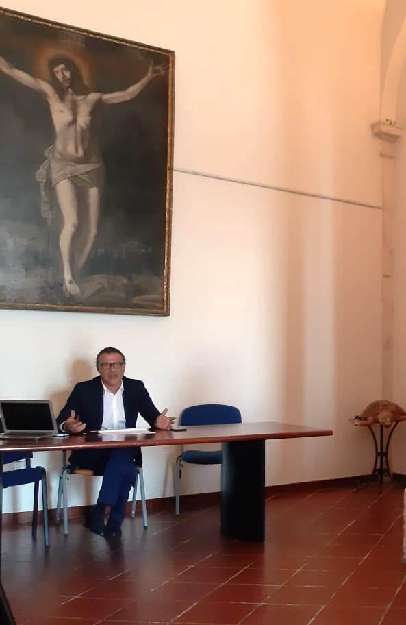 L'AVV. PAOLO CAMPO DURANTE LA CONFERENZA STAMPA DI STAMANI SULL'OSPEDALE DI MANFREDONIA (STATOQUOTIDIANO)