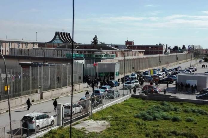 esterno carcere Foggia (facebook)