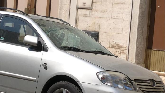 Bomba nel Foggiano: danneggiata saracinesca e auto (FOTO)