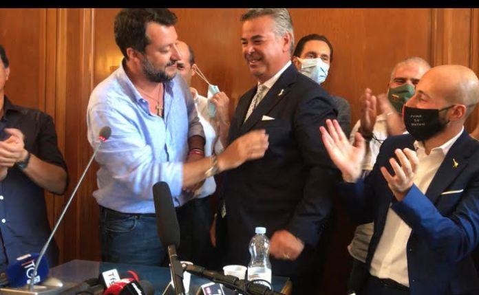 Salvini e la spilletta della Lega a Landella