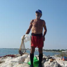 Pierino Triennese detto sckardine sui frangiflutti sul Lungomare di Siponto