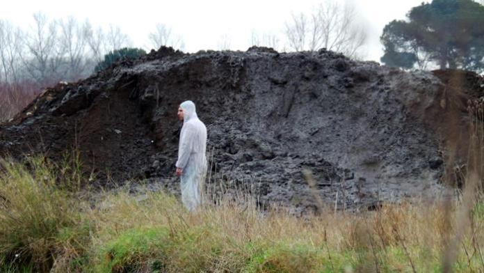 Tecnici dell' Arpac e agenti della Forestale in localitá Villa di Briano esaminano i fanghi tossici appena rilevati nel sottosuolo della campagna circostante a casal del Principe, 14 gennaio 2014.