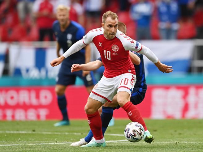 (corrieredellasera). Christian Eriksen si è accasciato improvvisamente al 42' di Danimarca-Finlandia, sfida degli Europei 2021. Un malore che i medici stanno risolvendo con un massaggio cardiaco, anche con il defibrillatore.