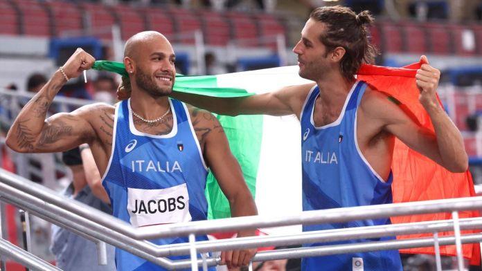 Statoquotidiano.it, 1 agosto 2021. Marcell Jacobs da leggenda, vince l'oro nei 100 metri con il tempo di 9.80. Oro anche per Gianmarco Tamberi nel salto in alto a pari merito con Barshim: sono 27 le medaglie azzurre a Tokyo. A riportarlo è Sky Sport. Bronzo per la staffetta 4x100 mista maschile, medaglia sicura per Tita-Banti nel Nacra17: già sicuri dell'argento, si giocheranno l'oro nella Medal Race del 3 agosto. (Sky Sport)