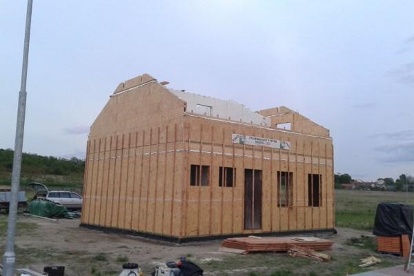 Výstavba RD Kly-výstavba domu na klíč | Laťování vnitřních stěn pro fixaci a spojení řad modulů v jeden celek-vnitřní laťování po 62,5cm -zároveň tímto tvoříme rošt pro sádrokartonovou konstrukci -vložení další protihlukové izolace mezi latě vnitřních modulů,v místech vložení polystyrenových desek ve vnitř domu mezi latě obvodových modulů slouží  tato vrstva jako další zateplení domu zevnitř.   Laťování venkovní ploch stěn pro fixaci a spojení řad modulů v jeden celek-venkovní  laťování po 50cm -zároveň tímto tvoříme pro vložení polystyrenové desky první části venkovního zateplení  domu - Laťování vnitřních stěn pro fixaci a spojení řad modulů v jeden celek-vnitřní laťování po 62,5cm -zároveň tímto tvoříme rošt pro sádrokartonovou konstrukci -vložení další protihlukové izolace mezi latě vnitřních modulů,v místech vložení polystyrenových desek ve vnitř domu mezi latě obvodových modulů slouží  tato vrstva jako další zateplení domu zevnitř.   Laťování venkovní ploch stěn pro fixaci a spojení řad modulů v jeden celek-venkovní  laťování po 50cm -zároveň tímto tvoříme pro vložení polystyrenové desky první části venkovního zateplení  domu