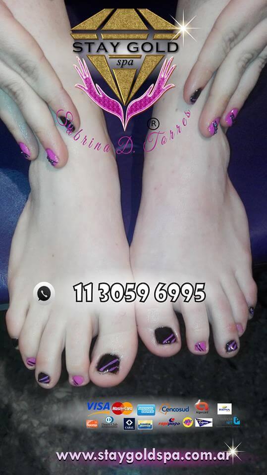 belleza de pies y manos con esmaltado negro y fucsia