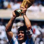 Maradona alzando la Copa del Mundo Mexico 1986