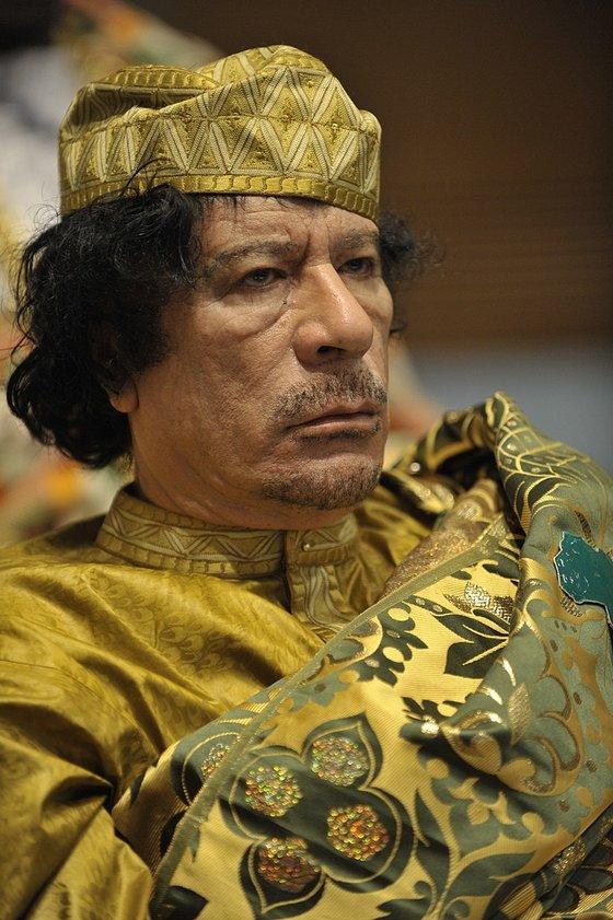 2009년 2월 에피오피아에 열린 제12차 아프리카 단결기구 총회에 참석한 무아마르 가다피 리비아 지도자의 모습. 베두인족 전통의상 차람이다. 이 회의애서 가다피는 잌기 1년의 아프리카 단결기구 의장으로 선출됐다 그는 그해 6~7월 자신의 고향 시르테에서 총회를 열었다. 사진=미국 해군