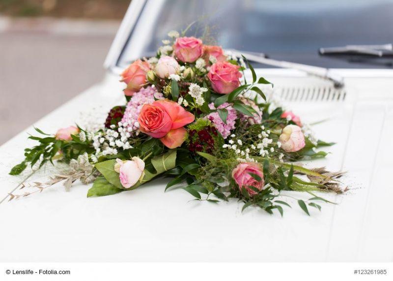 Blumendeko fr das Auto der Hochzeit