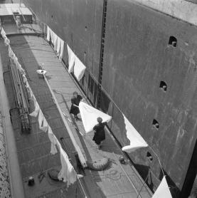 Eva Besnyö, Women do the laundry on an inland vessel in a lock, Limburg, 1953, Collection Maria Austria Instituut