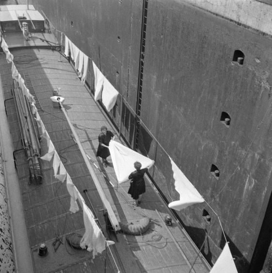 Eva Besnyö, Women do the laundry on an inland vessel in a lock, Limburg, 1953, Collection Maria Austria Instituut