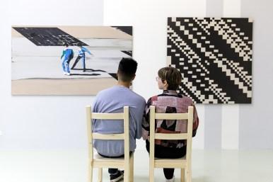 Koen Vermeule, Groot roze met zwarte ruit en twee figuren, 1997 (l). Peter Struycken, Computer Structuur 1A, 1970. Collectie Stedelijk Museum Schiedam. Fotografie: Aad Hoogendoorn