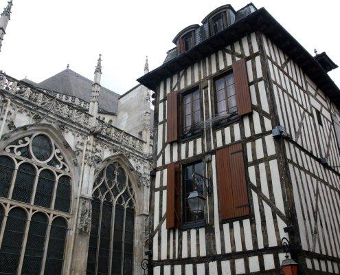 Achterkant van een gotische kerk en een vakwerkhuis in Troyes in Frankrijk