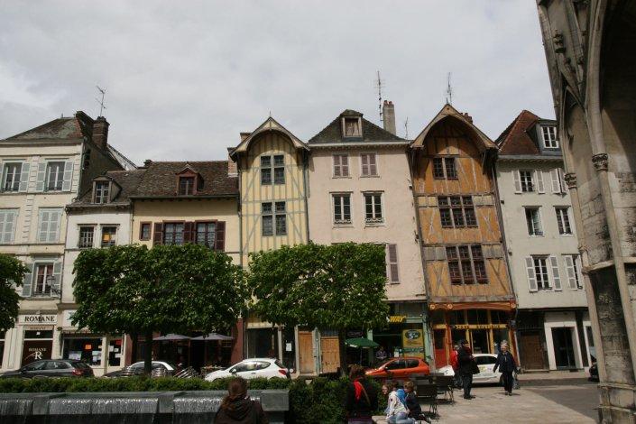 Vakwerkhuizen op een pleintje in Troyes in de Champagne in Frankrijk