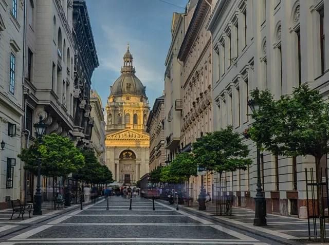 Straat in Boedapest met St Stefanusbasiliek