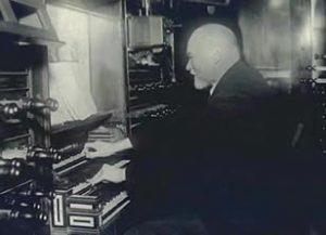 Hendrik Pieter Steenhuis achter een orgel