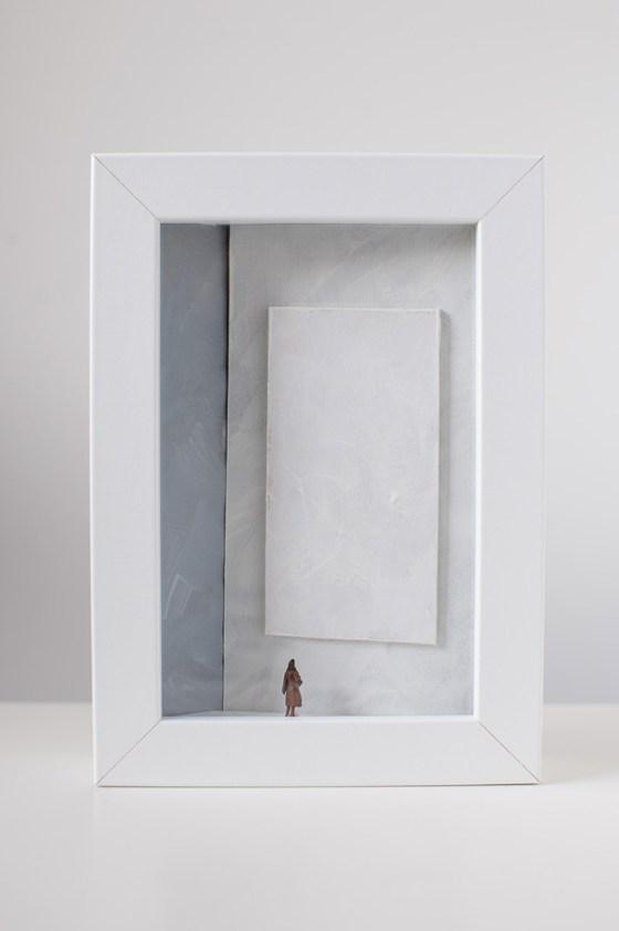 Dono d'arte per la Biennale di Venezia una donna osserva un quadro bianco monocromo