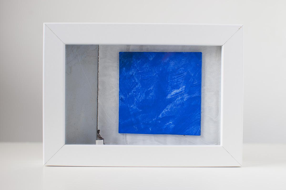 Dono d'arte per la Biennale di Venezia una donna seduta guarda un quadro blu monocromo