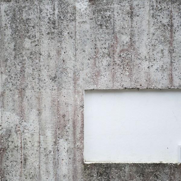 un'opera d'arte abbandonata sul muro di cemento armato presso il padiglione di Israele nei giardini della biennale di Venezia