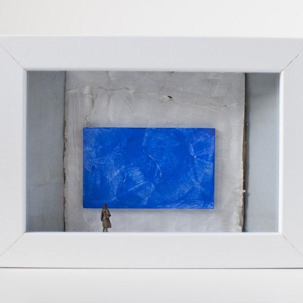 Dono d'arte per la Biennale di Venezia una donna osserva un quadro blu monocromo