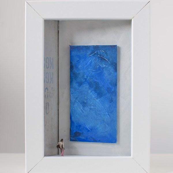 Dono d'arte per la Biennale di Venezia un uomo osserva un quadro blu monocromo