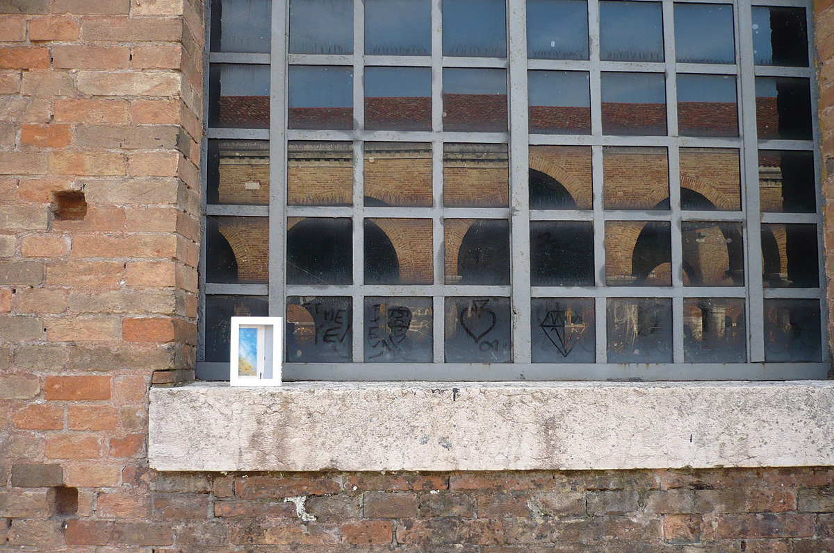 dono d'arte lasciato sul davanzale di una finestra polverosa