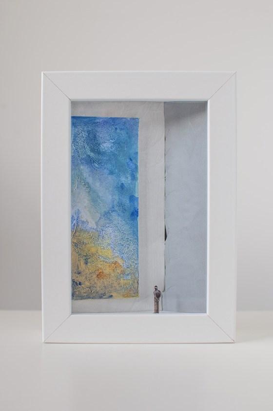 un uomo che osserva un quadro tutto blu in una galleria d'arte.