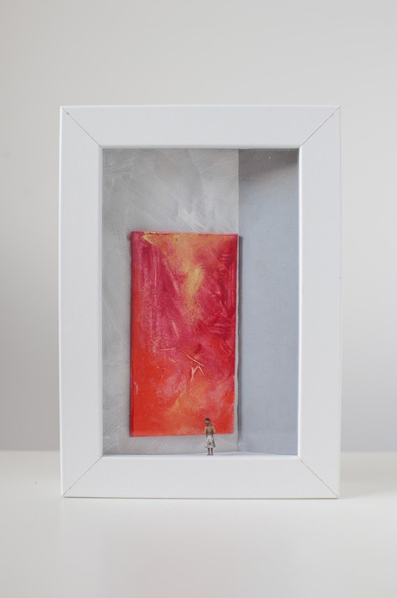 una donna in una galleria d'arte osserva un quadro tutto rosso.