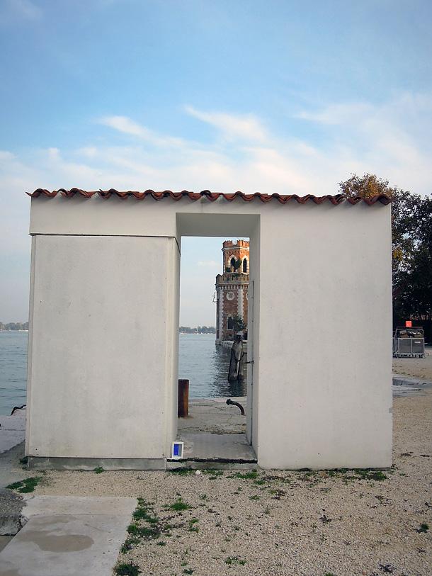 Dono d'arte appoggiato su una piccola struttura presso l'Artenale di Venezia