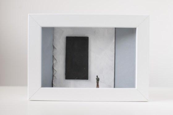 Dono d'arte per la Biennale di Venezia un uomo osserva un quadro nero monocromo