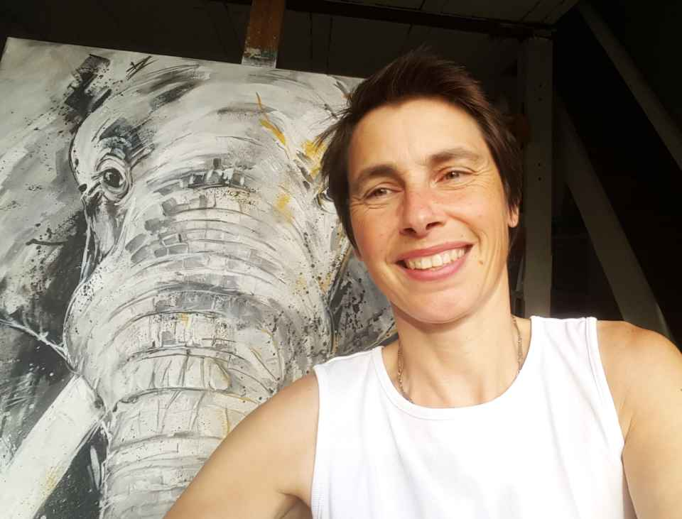 "Stefanie Rogge mit Gemälde ""Elefant"""