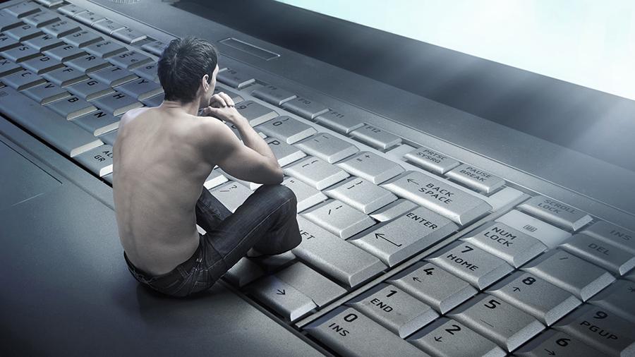 Uomo che pensa sulla tastiera di un computer