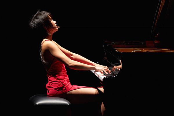 Yuja Wang al pianoforte, in abito rosso