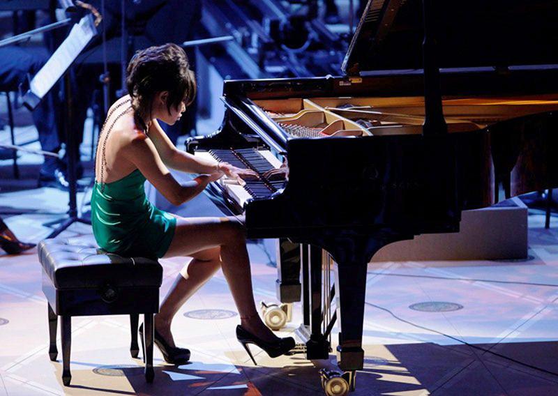 Yuya Wang al pianoforte, abito verde